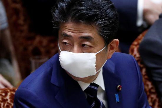 최근까지도 마스크를 착용하지 않던 아베 신조 일본 총리가 1일부터 마스크를 쓰기 시작했다. 사진은 일본 참의원(상원) 결산위원회에 참석해 의사 진행을 지켜보는 아베 총리의 모습. 로이터=연합뉴스