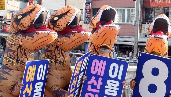 국회의원 선거 공식 선거운동이 시작된 2일 전남 여수시갑 선거구에 출마한 무소속 이용주 후보의 자원봉사자들이 공룡 인형을 입고 유세를 하고 있다.[연합뉴스]