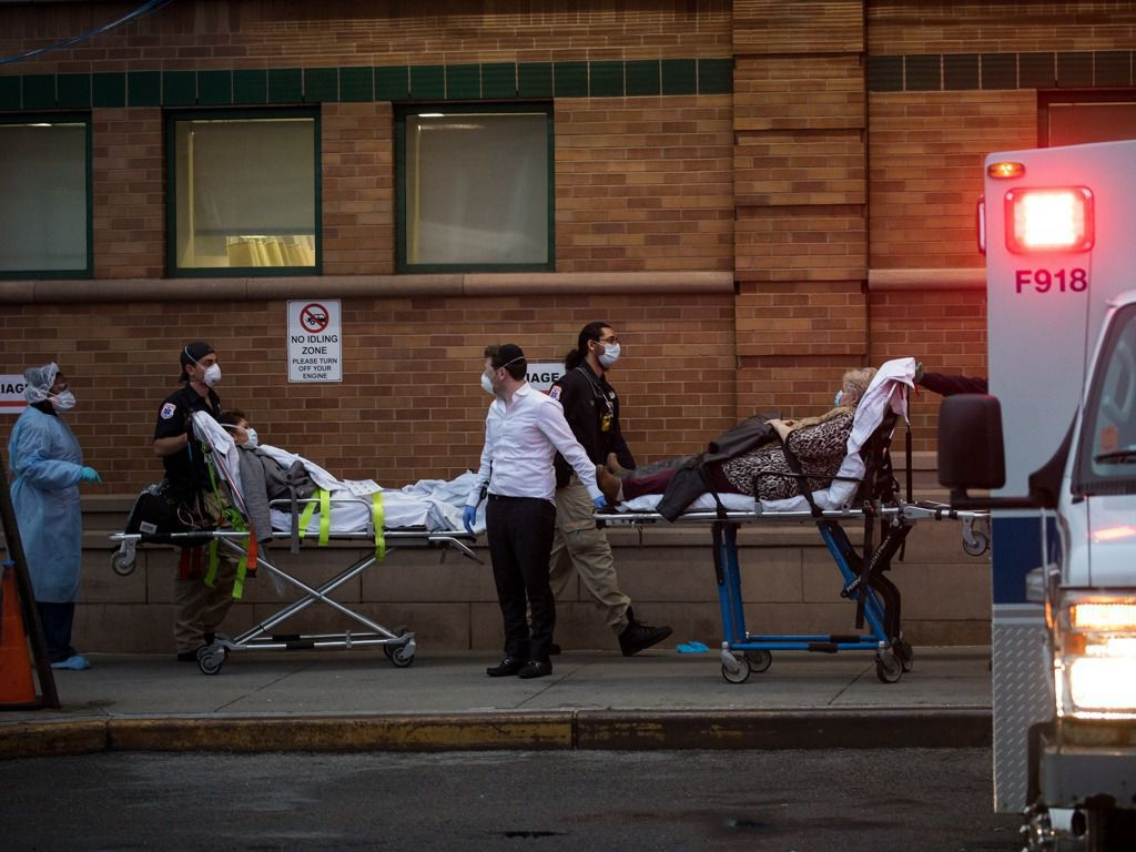 미국 뉴욕에서 환자를 이송하는 모습. 중국 신화망 캡처