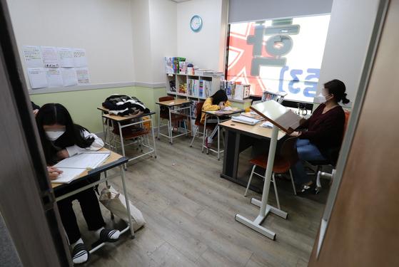 지난달 27일 오후 대전시내 한 학원에서 학생들이 공부를 하고 있다. 뉴스1
