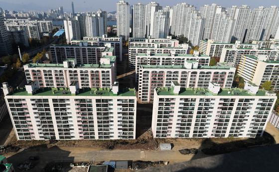 서울 아파트 값이 10개월 만에 마이너스로 돌아섰다. 지난 1월부터 하락세로 전환한 강남 잠실 일대 아파트 단지의 모습. [연합뉴스]