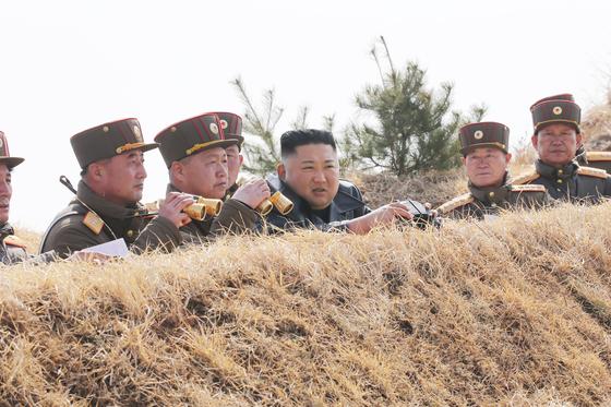 김정은 북한 국무위원장이 지난달 20일 서부전선 대연합부대 포사격을 참관했다. [뉴스1]