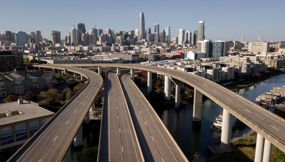 미국 캘리포니아주 샌프란시스코 인근 도로가 1일(현지시간) 텅 비었다. 캘리포니아주는 지난달 19일 자택 대기 명령을 내려 비필수 인력의 외출은 막고 있다. [AFP=연합뉴스]