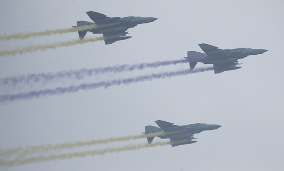 지난해 국군의 날을 맞아 F-4E 전투기들이 편대비행을 하고 있다. [사진 공동취재단]