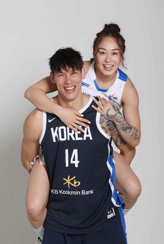 15살 나이 차를 넘어 농구 코트에서 사랑을 키워가는 이승준-김소니아 커플. 김상선 기자