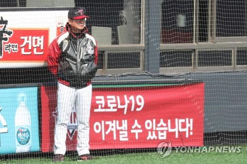 2일 서울 잠실야구장에서 열린 LG 트윈스의 청백전에서 LG 류중일 감독이 경기를 지켜보고 있다. 연합뉴스 제공