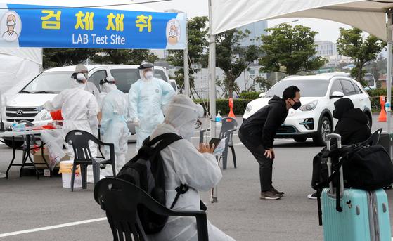 지난달 30일 오전 신종 코로나바이러스 (코로나19) 대응을 위해 제주국제공항에서 워킹 스루 진료소(개방형 선별진료소)가 운영되고 있다.뉴스1