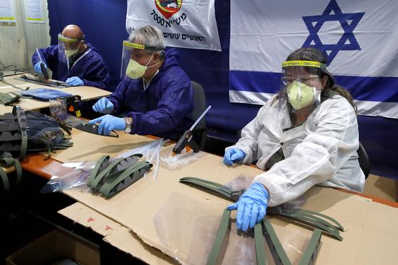 이스라엘에서 방호용 마스크 품질을 확인하는 모습 [AFP]