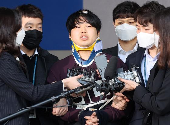 텔레그램 성착취 대화방 운영자 조주빈이 25일 오전 서울 종로경찰서에서 검찰로 송치되고 있다.강정현 기자/ 200325
