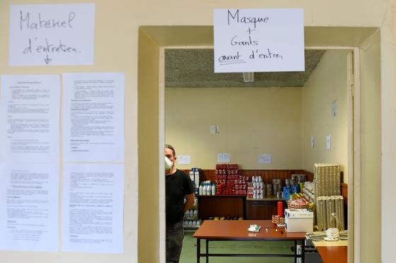 프랑스의 자원봉사자가 마스크 등 물품들이 쌓인 방에 있다. [AFP=연합뉴스]