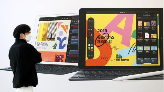 초·중·고 온라인 개학이 확정되며 PC와 태블릿 PC의 관심이 높아지고 있다. 지난달 31일 오후 서울 용산 전자상가의 태블릿PC 광고 앞으로 시민이 지나가고 있다. 뉴스1