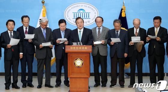 정대철 전 의원(가운데) 등 동교동계 정치 원로들이 3일 오후 서울 여의도 국회 소통관에서 더불어민주당 복귀를 밝히는 기자회견을 하고 있다. 뉴스1
