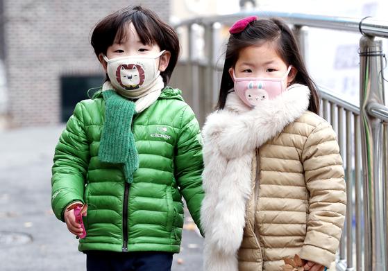 서울 종로구의 한 어린이집 원생들이 마스크를 쓰고 있는 모습. 뉴스1