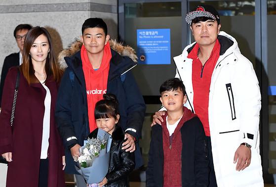추신수와 아내 하원미씨와 세 자녀들. [중앙포토]