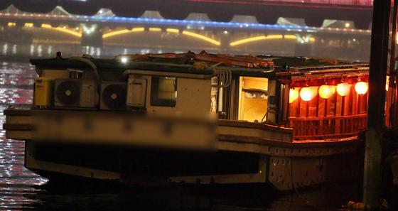 일본 도쿄도(東京都)를 흐르는 하천인 스미다가와(隅田川)의 한 선착장에 정박 중인 소형 유람선 '야카타부네'(屋形船) [연합뉴스]