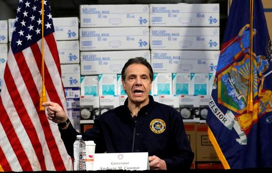 앤드루 쿠오모 뉴욕주지사가 기자회견을 하고 있다. 뒤에는 의료품 박스가 쌓여 있다. [로이터=연합뉴스]