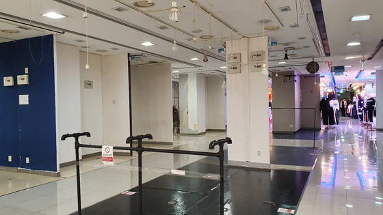 지난달 30일 찾은 서울 동대문 복합쇼핑센터 '굿모닝 시티'의 내부(왼쪽 사진). 월세가 0원인 점포가 여럿이지만 장사하려는 이가 없어 층마다 빈 곳이 더 많다. 한은화 기자