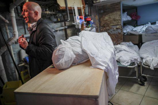 브루클린에서 장례식장을 운영하는 패트 마모. 신종코로나 사망자로 넘쳐나는 뉴욕시의 대니얼 셰퍼 장례식장 내부에 시신들이 곳곳에 쌓여 있다. 이 곳에서는 평소 하루 40~60건의 장례식을 거행할 수 있는데도 2일 오전 185건의 장례식을 치러야 했다. [AP=연합뉴스]