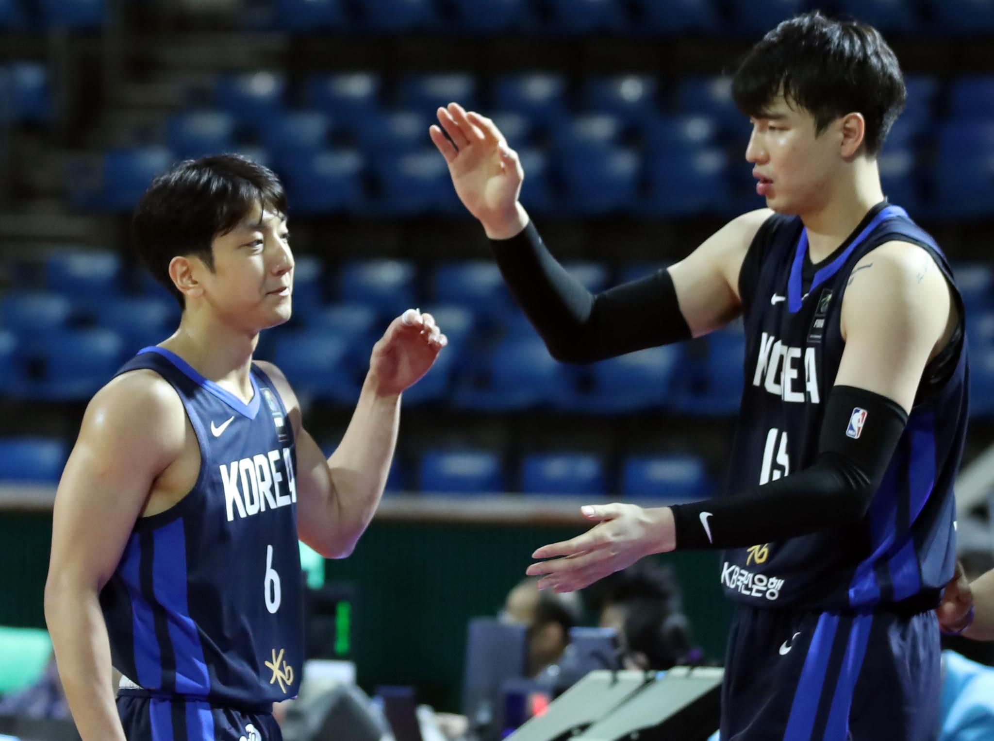 지난 2월23일 농구 아시아컵 예선 태국전에서 허훈(왼쪽)과 김종규(오른쪽)가 하이파이브를 하고 있다. [연합뉴스]
