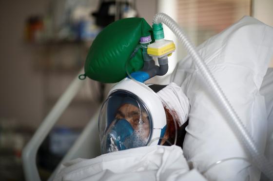 프랑스에서 코로나 19 확진환자가 의료 기구에 둘러 싸인 채 병상에 누워있다. [로이터=연합뉴스]