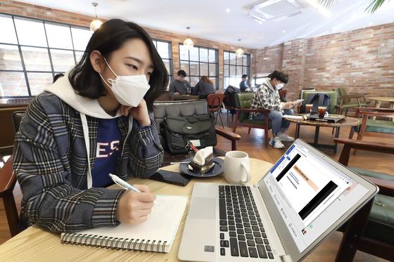 대학들 학기말까지 온라인 강의 만지작…선뜻 발표 못하는 속사정