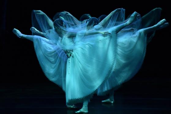 발레 '지젤'의 한 장면. 호주 국립발레단의 공연 무대다. 발레를 포함한 세계 유수의 다양한 예술단체들이 신종 코로나에 지친 여러분을 위해 무료 라이브 스트리밍 서비스를 제공한다. [EPA=연합뉴스]