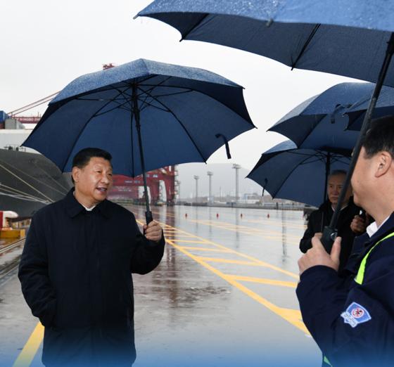 시진핑 주석은 지난달 30일 중국 저장성 닝보시 항구를 찾아 경제 활동 재개 상황을 점검했다. 시 주석은 마스크를 쓰지 않았다. [CCTV캡쳐]