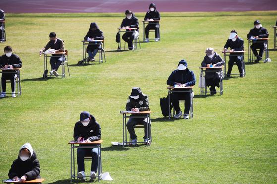 코로나가 만든 21세기 과거제···축구장서 139명 공사 시험