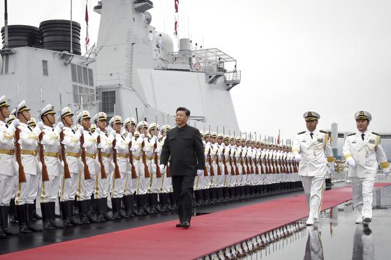 지난해 4월 시진핑 중국 국가주석이 산둥성 칭다오에서 열린 인민해방군 해군 창설 70주년 기념 국제 관함식(해상 열병식)에서 구축함 시닝(西寧)호 승선에 앞서 의장대를 사열하고 있다. [AP=연합뉴스]
