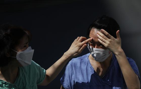 3일 오전 대구동산병원에서 신종 코로나바이러스 감염증(코로나19) 확진자 치료를 위한 음압병실 근무를 마친 의료진이 이동하고 있다. 연합뉴스