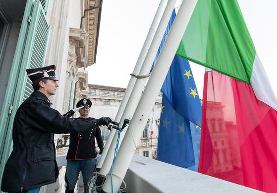3월 31일(현지시간) 코로나19 희생자를 추모하는 조기를 게양하는 이탈리아 한 관청 건물. ANSA 통신=연합뉴스
