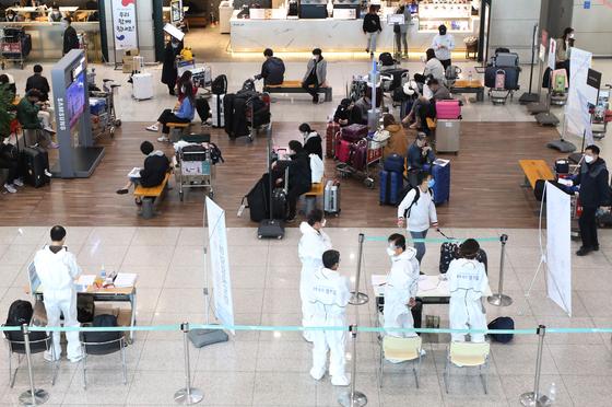 지난 1일 오후 인천국제공항 제1여객터미널에서 신종 코로나바이러스 감염증(코로나19) 무증상 입국자들이 전용 공항버스를 타기 위해 대기하고 있다. [뉴스1]