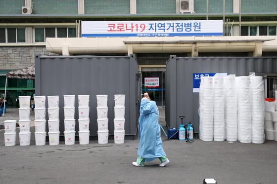 지난달 13일 대구시 신종 코로나바이러스 감염증(코로나19) 지역거점병원인 계명대학교 대구동산병원에서 의료진이 발걸음을 옮기고 있다. [뉴스1]