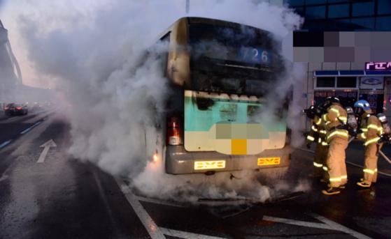 4일 대구 서구 노원동 팔달로를 달리던 726번 시내버스에서 불이 나 손님들이 긴급 대피하는 소동이 빚어졌다. 대구소방본부 제공=뉴스1