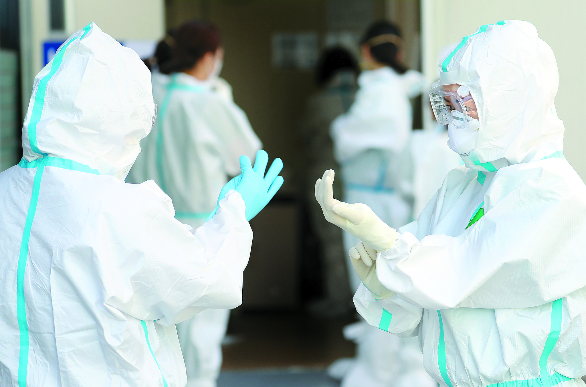 3일 오전 대구동산병원에서 의료진이 신종 코로나바이러스 감염증(코로나19) 확진자 치료를 위한 음압병실 근무를 준비하고 있다. 연합뉴스