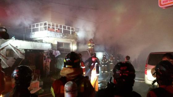 5일 오전 1시 35분쯤 경북 안동시 북문시장 내 2층 상가 주택에서 불이 나 소방대원들이 진화에 나서고 있다. 이 불로 2층 가정집에 있던 40대 남녀 2명이 사망했다. 사진 경북도소방본부