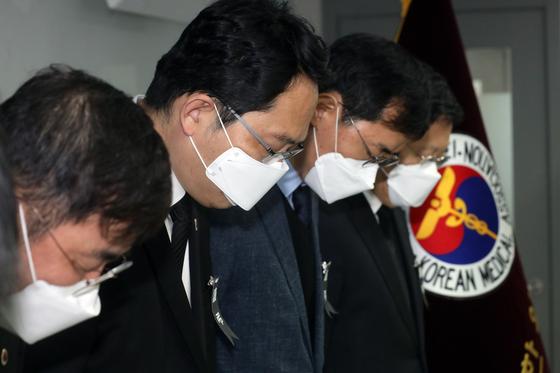 최대집 대한의사협회 회장과 회원들이 4일 서울 용산구 대한의사협회 사무실에서 신종 코로나바이러스 감염증(코로나19)로 사망한 의료진을 위해 묵념을 하고 있다. 뉴스1