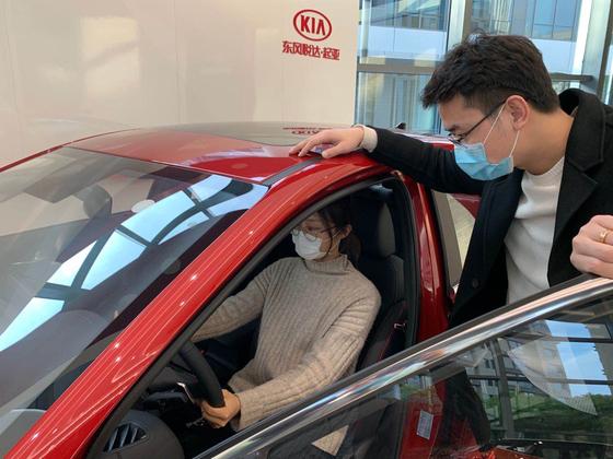 둥펑위에다기아 직원이 고객에게 신형 K3에 대해 설명하고 있다. 사진 기아자동차