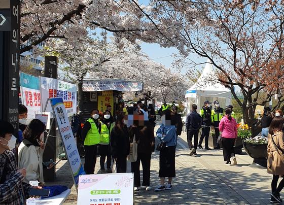 5일 서울 여의나루역 출입구 앞에 벚꽃 구경을 나온 시민들이 모여 있다. 이후연 기자