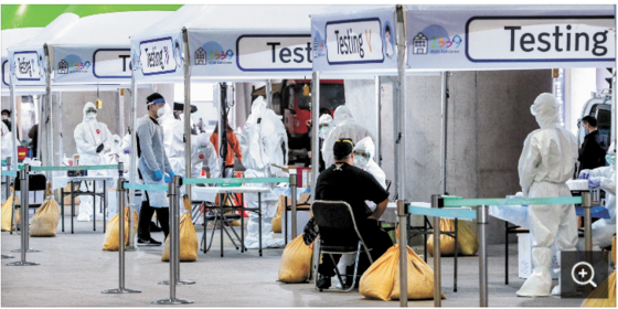 지난달 26일 오후 인천국제공항 제2터미널 옥외공간에 설치된 개방형 선별진료소(오픈 워킹스루)에서 영국 런던발 여객기를 타고 입국한 무증상 외국인들이 신종 코로나바이러스 감염증(코로나19) 진단검사를 받고 있다. [뉴스1]