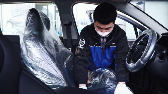 베이징현대 직원이 고객차량의 실내소독서비스를 준비하고 있다. 사진 현대자동차