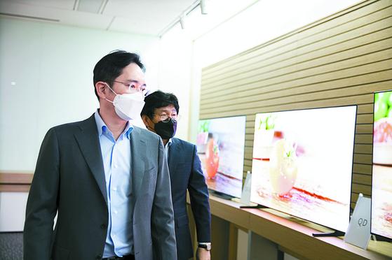 이재용 삼성전자 부회장이 지난달 19일 삼성디스플레이 아산사업장을 방문해 제품을 살펴보고 있다. 연합뉴스