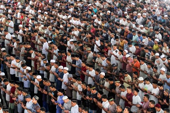 4월 3일 인도네시아 아체의 대모스크에 모인 무슬림들이 금요예배를 보는 장면. 로이터=연합뉴스
