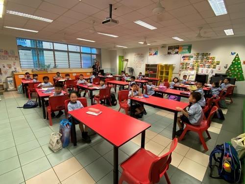 떨어져 앉아 수업 받는 싱가포르 초등학생들. 싱가로프 교육부장관 페이스북=연합뉴스