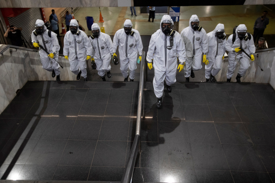 브라질 군인들이 지난달 29일(현지시간) 브라질리아의 한 지하철에서 방역 작업을 벌이고 있다. EPA=연합뉴스