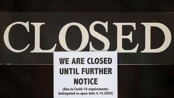 미국의 한 가게가 코로나19 확산으로 14일까지 문을 닫는다는 공지를 내걸었다. [AP=연합뉴스]