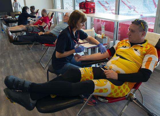 독일 중부 에어푸르트의 적삽자사에서 자원자들이 헌혈하고 있다. 독일에서도 코로나19 감염에 대한 막연한 두려움으로 헌혈자가 줄어 당국이 헌혈을 호소하고 있다. AP=s뉴시스