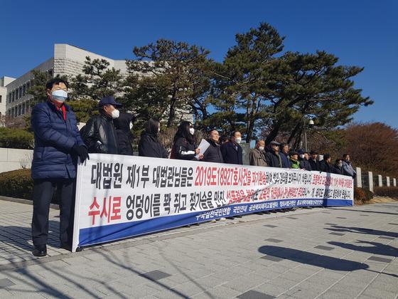 2월 대법원 앞에 선 B양의 어머니와 그를 돕는 시민단체 관계자들. 석경민 기자