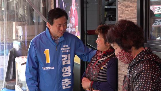 31일 부산진구의 한 상가에서 인사를 나누고 있는 김영춘 더불어민주당 후보. 공성룡 기자