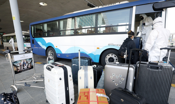신종 코로나바이러스 감염증(코로나19) 환자가 세계적으로 100만명을 돌파한 3일 인천국제공항 1터미널에서 방호복을 입은 소방청 관계자들이 해외 입국자들을 안내하고 있다. [뉴스1]